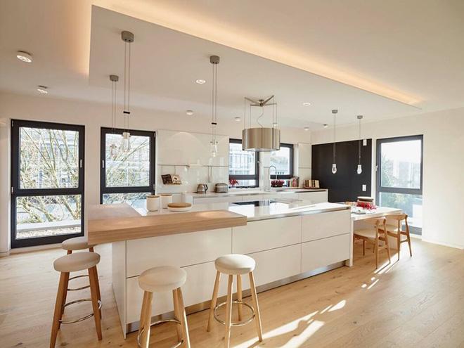 Gỗ công nghiệp trắng kết hợp cùng vân gỗ cho không gian bếp nền nã